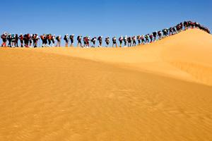 This image of the Sahara Race 2009 encapsulates 4 Deserts events. beauty. effort. solitude. unity.