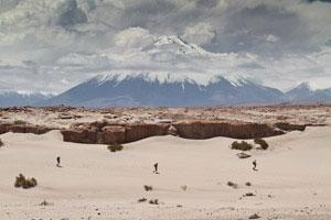This is an amazing photo of the Atacama Crossing 2012 runners with Licancabur Volcano in the background.